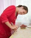 Mujer que hace las bolas de masa hervida de la carne Imagenes de archivo
