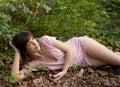 Mujer que miente en forest bed Fotografía de archivo