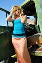 Mujer que presenta al lado de un automóvil de antaño Fotografía de archivo libre de regalías