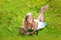 Mujer sonriente hermosa con PC de la tablilla, al aire libre Fotos de archivo