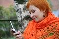 A mulher é sms no mobile-phone Imagem de Stock