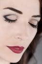 A mulher bonita eyes os bordos perto fechados e vermelhos acima Fotografia de Stock Royalty Free
