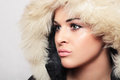 Mulher bonita na menina de hood white fur winter style fashion Foto de Stock