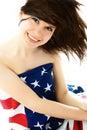 Mulher bonita que desgasta uma bandeira americana Fotografia de Stock Royalty Free