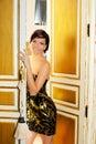 Mulher da forma da elegância na porta do quarto de hotel Foto de Stock