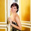 Mulher da forma da elegância na porta do quarto de hotel Fotografia de Stock Royalty Free