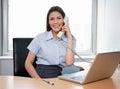 Mulher de negócios de sorriso talking on phone Imagens de Stock Royalty Free