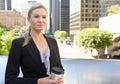 Mulher de negócios drinking takeaway coffee fora do escritório Foto de Stock