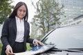 Mulher de negócios madura looking down notebook Imagens de Stock Royalty Free