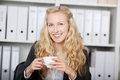 Mulher de negócios segura holding coffee cup Fotografia de Stock Royalty Free