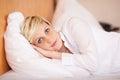 Mulher de negócios sleeping on bed no hotel Foto de Stock Royalty Free