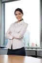 A mulher de negócios smiling with arms cruzou se Fotos de Stock Royalty Free
