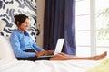 Mulher de negócios working on laptop na sala de hotel Imagem de Stock Royalty Free