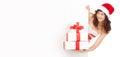 Mulher de Santa com as caixas de presente que olham a placa vazia Foto de Stock Royalty Free