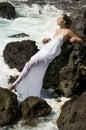 Mulher despreocupada no vestido branco no oceano Fotos de Stock