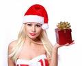 Mulher do natal com caixa de presente louro bonito em santa hat Fotografia de Stock Royalty Free