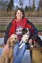 Mulher e seus cães - focalize na face da mulher Fotos de Stock Royalty Free