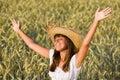 A mulher feliz aprecia o sol no campo de milho Fotografia de Stock