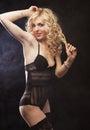 Mulher loura sexy nova na roupa interior Fotos de Stock