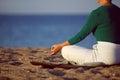 Mulher madura que faz a ioga no sandy beach Imagens de Stock