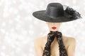 Mulher no chapéu e nas luvas modelo de forma beauty portrait cara escondida menina bordos vermelhos Foto de Stock Royalty Free
