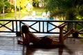Mulher que encontra-se para baixo olhando a associação no spa resort Fotos de Stock Royalty Free