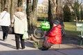 Mulher que vende tulipas Imagens de Stock Royalty Free