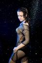 A mulher sexy da sessão de foto do aqua sob a chuva deixa cair o estúdio preto e azul Imagem de Stock