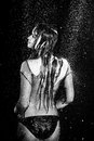 A mulher sexy da sessão de foto do aqua sob a chuva deixa cair o estúdio preto e branco Fotos de Stock Royalty Free