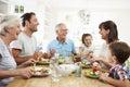 Más familia comer sobre mesa