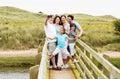 Multigeneratiefamilie die op brug lopen die foto nemen Royalty-vrije Stock Afbeeldingen