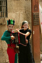 Musiciens de rue dans des costumes de harlequin. Photo stock