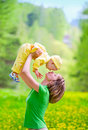 Mutter mit Schätzchen im Park Lizenzfreie Stockbilder