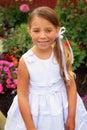 Nätt liten flicka i den vita klänningen Royaltyfria Foton
