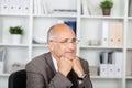 Nadenkende zakenman with hands on chin looking away Stock Foto