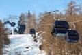 Narciarski chair-lift z narciarkami w górach Obraz Stock