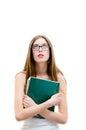 Nastoletnia dziewczyna trzyma książkowy i przyglądający up na białym copyspace tle w szkłach Fotografia Stock