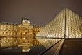 Nattsikt av louvre art museum paris frankrike Arkivbild