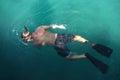 Naviguer au schnorchel sur la surface de l eau Photographie stock libre de droits