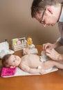ändernde windel des vaters des entzückenden babys Stockfoto