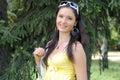 Near avslappnande tree för flicka Fotografering för Bildbyråer