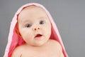 Neonato sorpreso con la coperta rosa Fotografie Stock Libere da Diritti