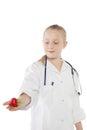 Nettes kleines mädchen kleidete wie ein doktor an der erdbeere betrachtet Stockbild