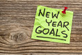 New year goals handwriting on a sticky note against grained wood Royalty Free Stock Photos