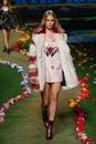New york ny september ein modell geht die rollbahn an tommy hilfiger womens modeschau Lizenzfreie Stockbilder