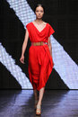 New york ny september modelfei fei sun loopt de baan bij de manierinzameling van donna karan spring Royalty-vrije Stock Foto's