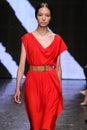 New york ny september modelfei fei sun loopt de baan bij de modeshow van donna karan spring Stock Foto's