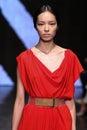 New york ny september modelfei fei sun loopt de baan bij de modeshow van donna karan spring Stock Afbeelding