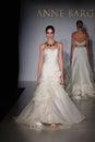 New york ottobre pista di camminata di modello ad anne barge bridal collection Immagine Stock