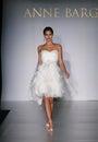 New york ottobre pista di camminata di modello ad anne barge bridal collection Fotografia Stock Libera da Diritti